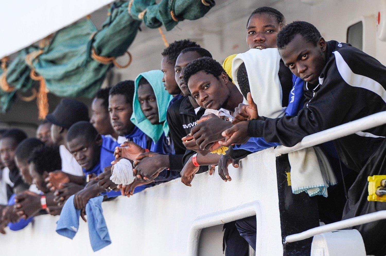 """Migranti: 30 nella """"zona rossa Covid"""" della nave Moby Zazà"""