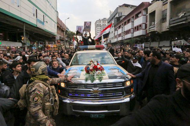 """BAGDAD, MIGLIAIA AI FUNERALI DI SOLEIMANI: """"MORTE ALL'AMERICA"""""""