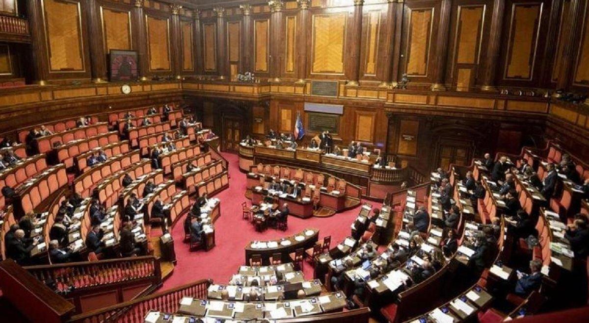 Ricatti e ultimatum sotto l'Albero. Conte porti gli spauracchi renziani in Parlamento!