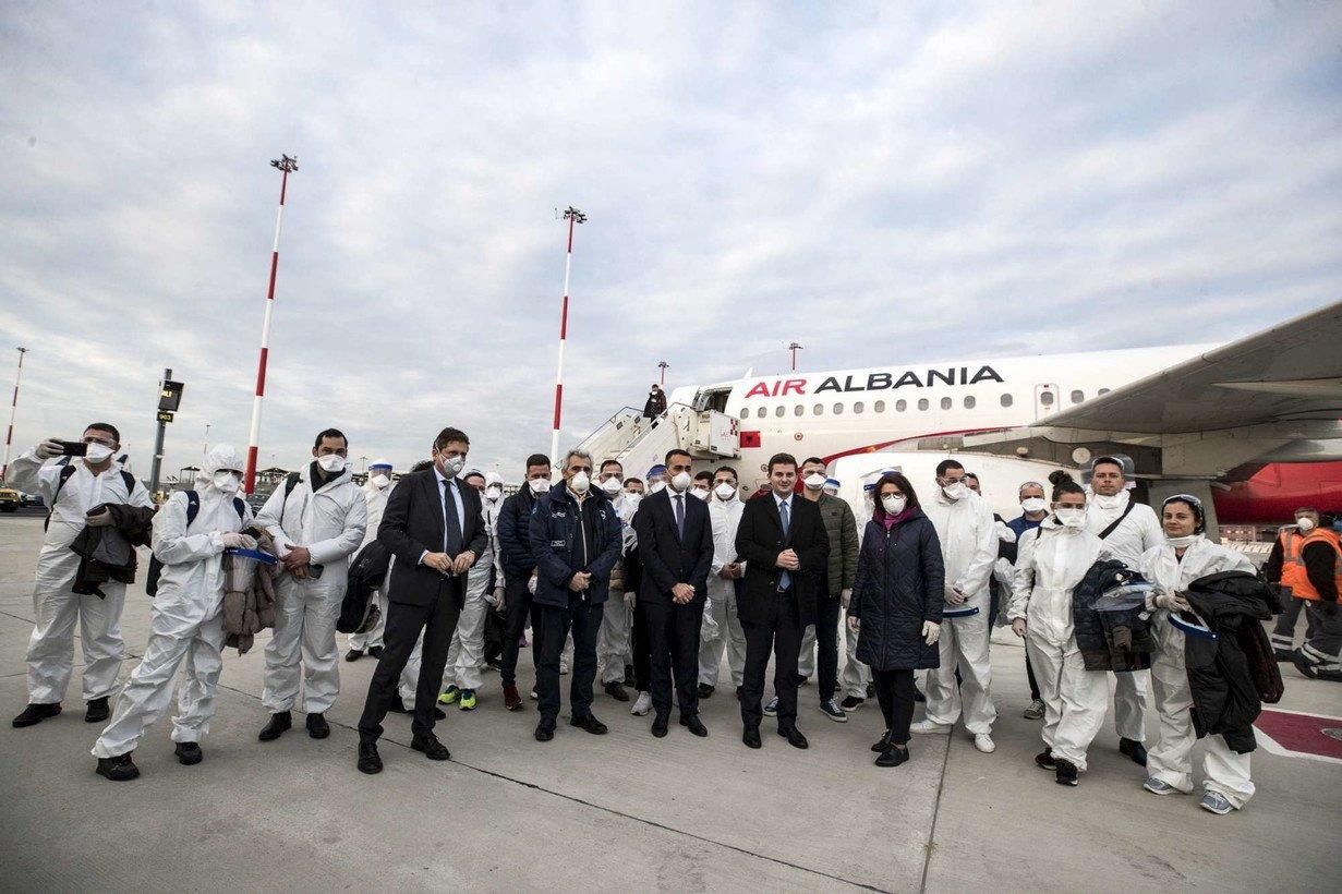 Coronavirus, Di Maio accoglie 30 medici Albania diretti in Italia
