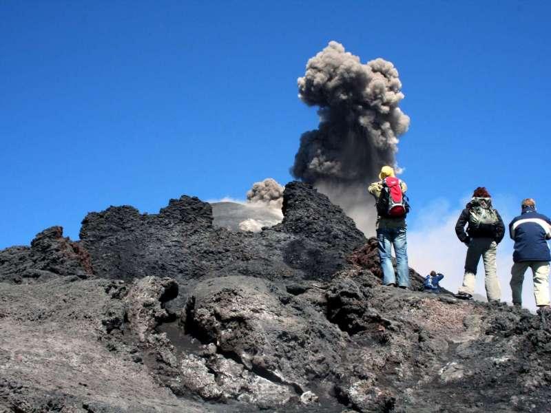 Etna: cenere da nuovo cratere Sud-Est, nube alta 4.500 metri