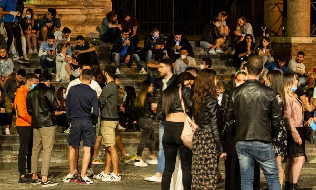 """Movida: a Napoli """"guerra"""" ordinanze, De Luca scrive a prefetto"""