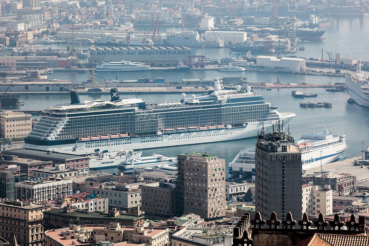Napoli, sequestrate al porto 42 tonnellate rifiuti speciali diretti in Africa