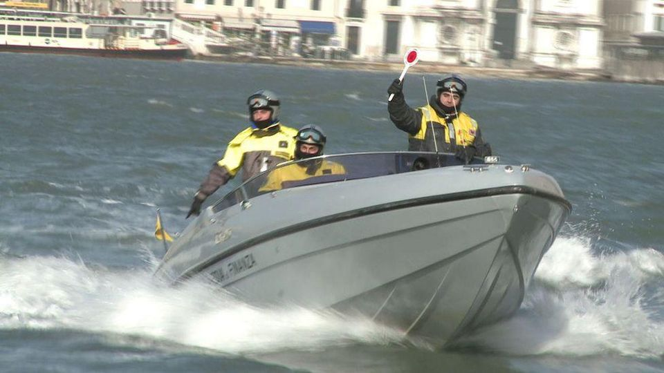 Venezia: Barchino si rovescia, salvate tre persone dai vigili del fuoco