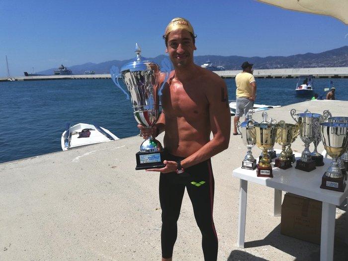 Nuoto: Andrea Manzi vince la 56ma traversata dello stretto di Messina