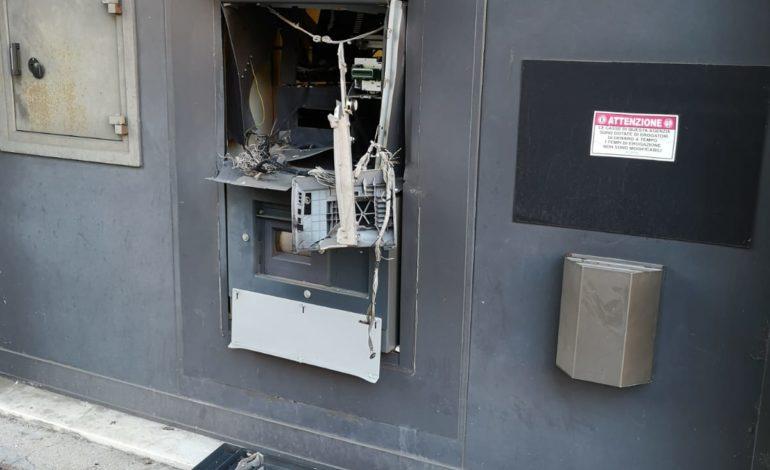 Bologna: fanno esplodere ordigno artigianale per rubare denaro dal bancomat