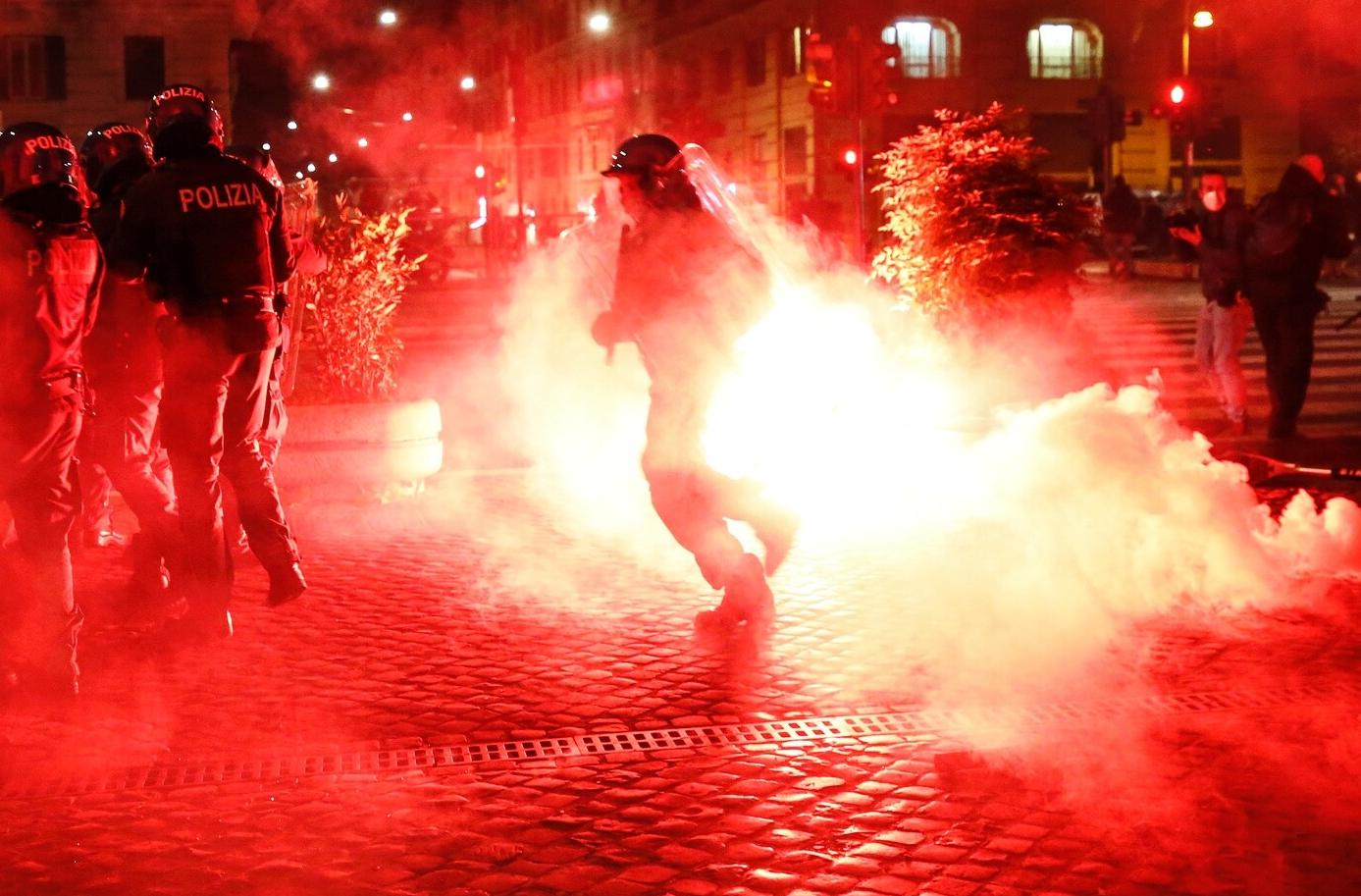 Coronavirus, bombe carte e scontri con polizia in piazza del Popolo a Roma, contro il lockdown