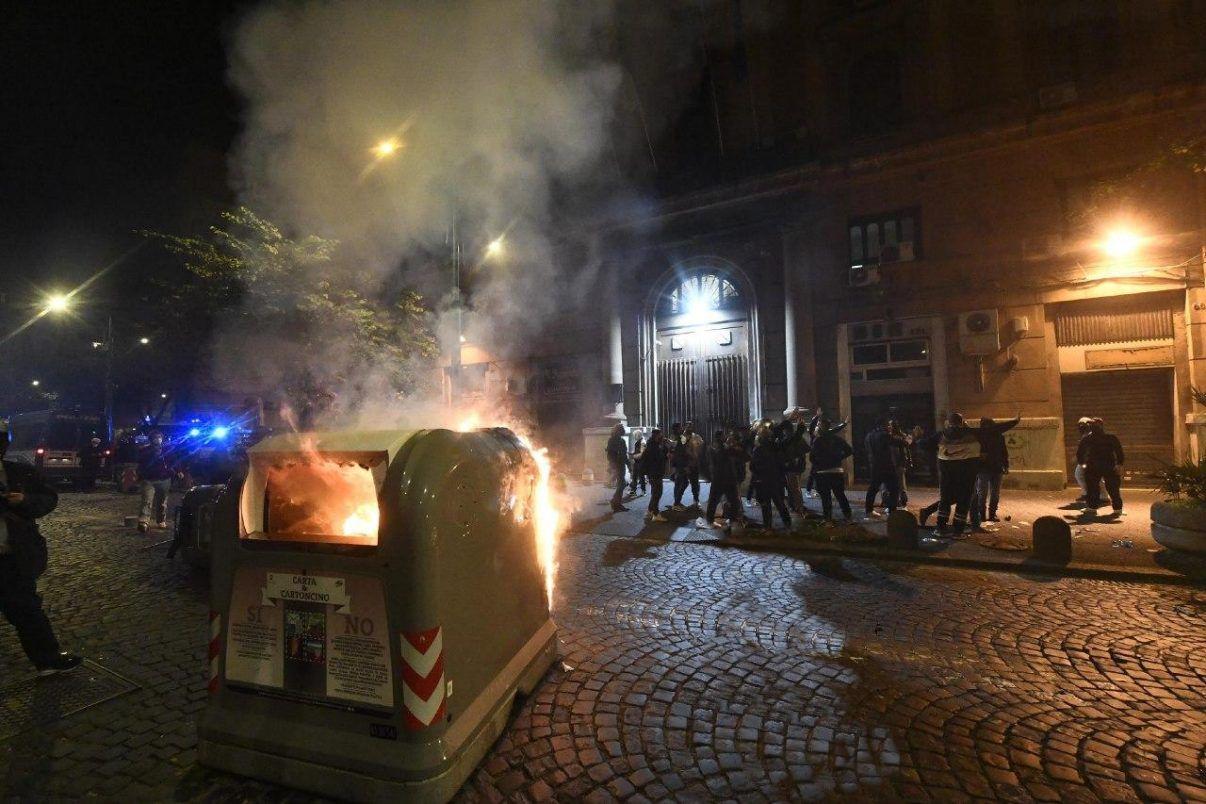 Campania. De Luca chiede lockdown, scatta la protesta.Scontri davanti alla Regione.