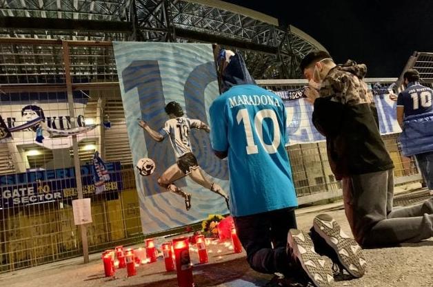 Maradona: Fiori, candele e maglie del Napoli davanti al San Paolo
