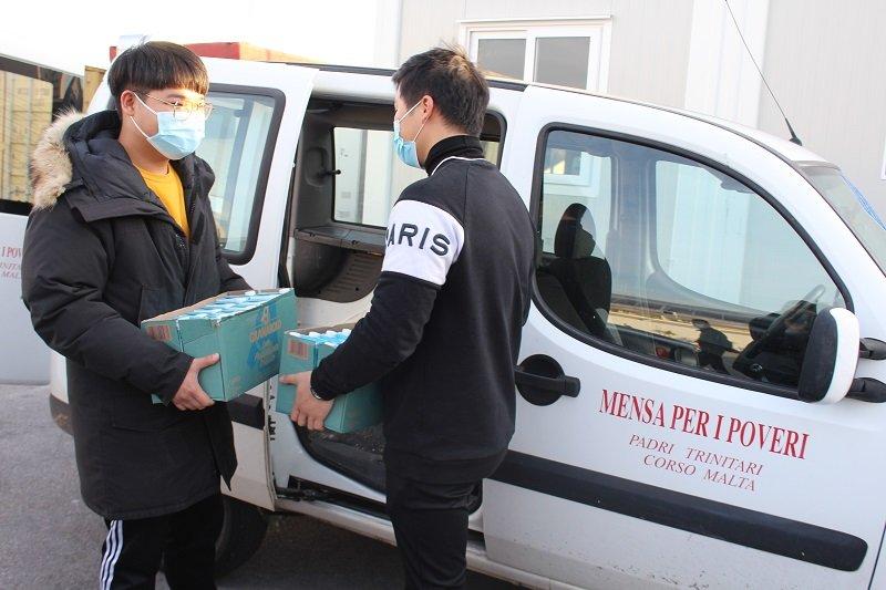 La comunità cinese di Cinamercato 2003 spegne le luci del Natale e accende la solidarietà