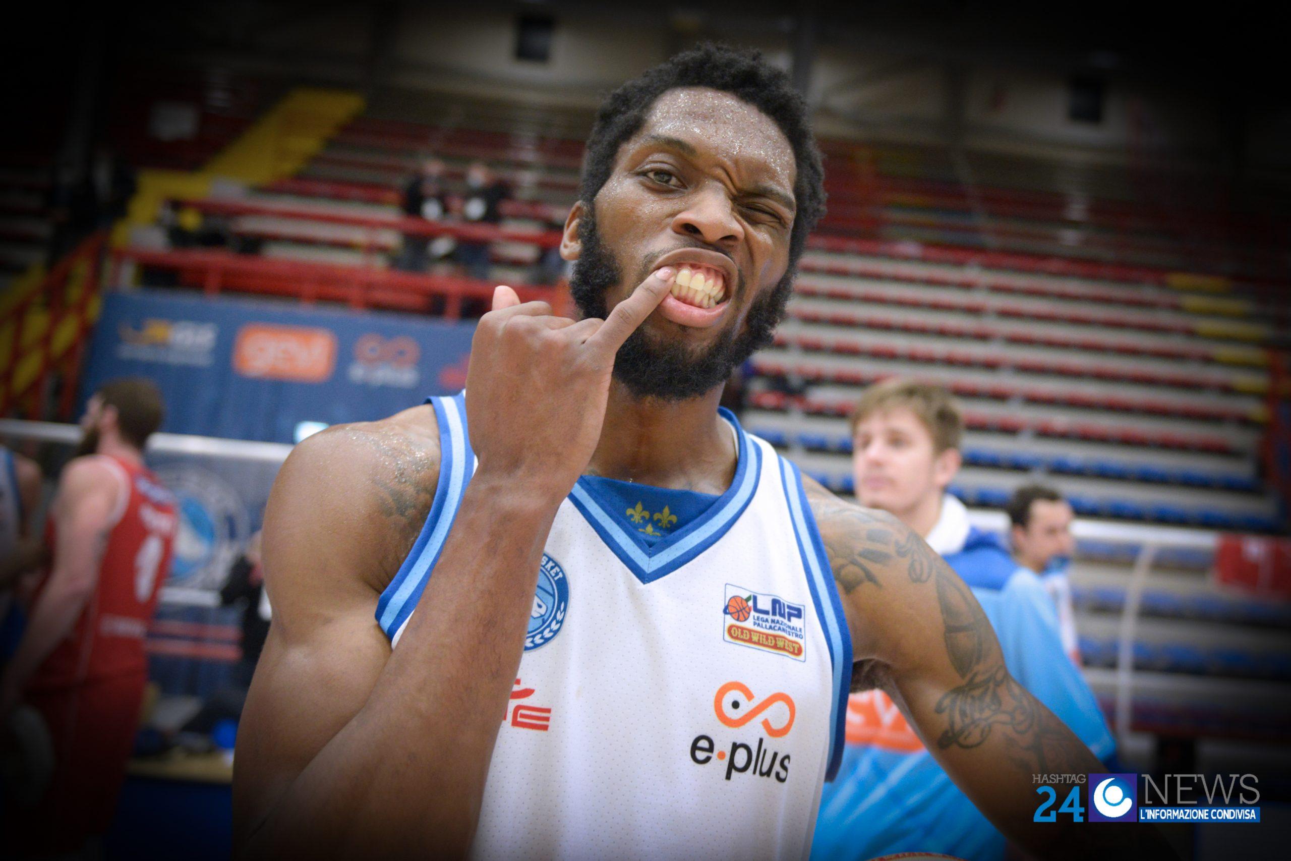 Basket: basta mezza GeVi, blitz e vetta al Pala Carrara (51-65)