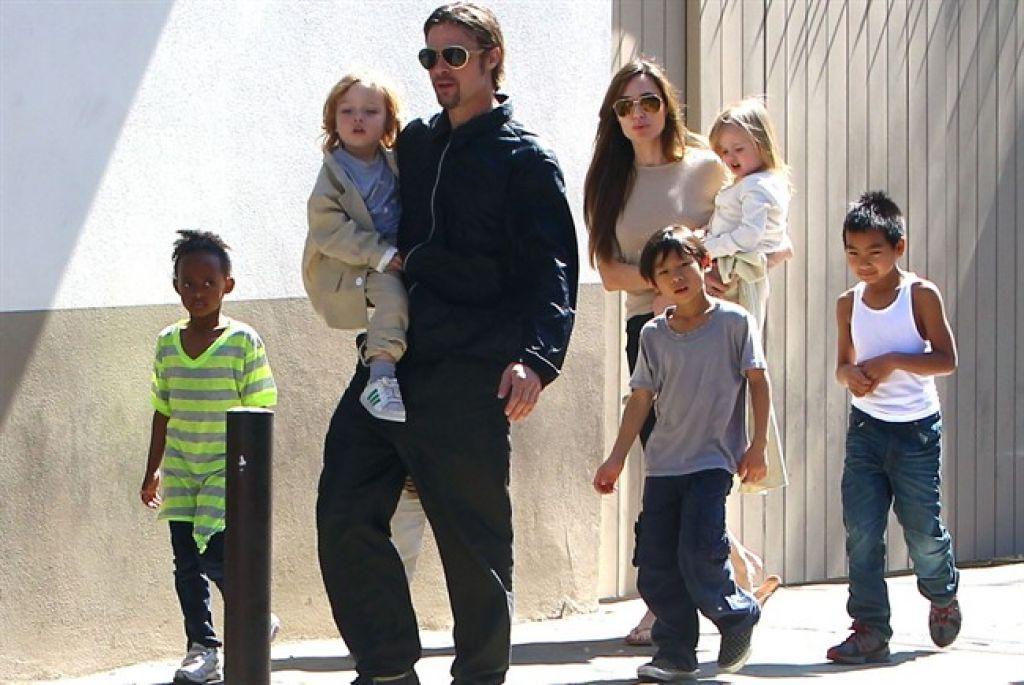 """Cinema: Jolie all'attacco nel divorzio da Pitt, """"prove"""" di violenza domestica."""