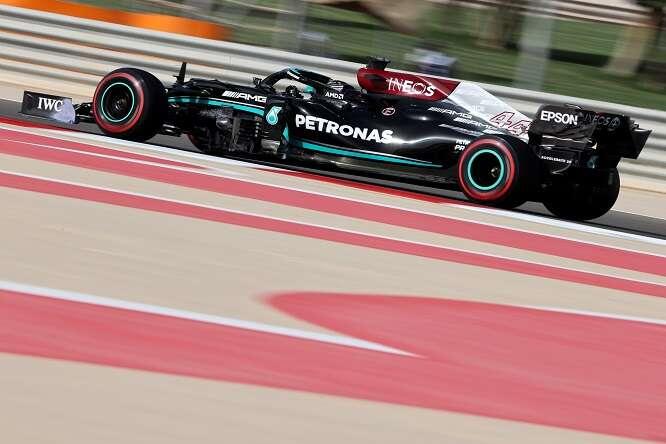 F1, Gp Bahrain: Hamilton al comando a metà gara, Leclerc quinto